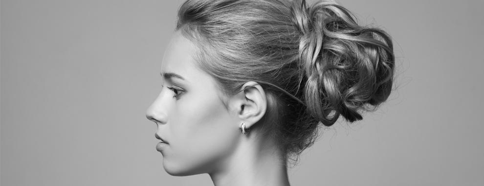 Schwarzweißfoto einer Frau mit Dutt im Profil